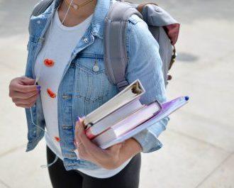 Go-global žena s knihami