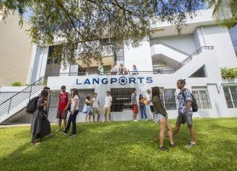 Lidé před školou Langports